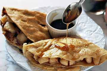 Light crepes with apples and maple syrup